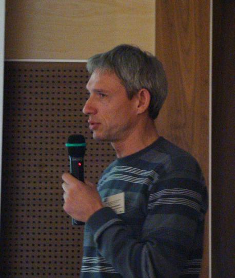 Валерий Домбровский выступает с дладом о подорлике в Белоруссии