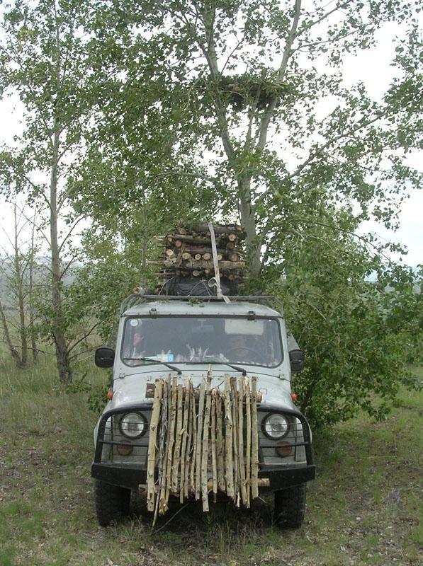 Развоз готовых платформ на автомобиле УАЗ. Фото И. Карякина