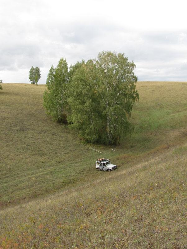 Здесь будет установлена платформа для могильника. Фото И. Карякина