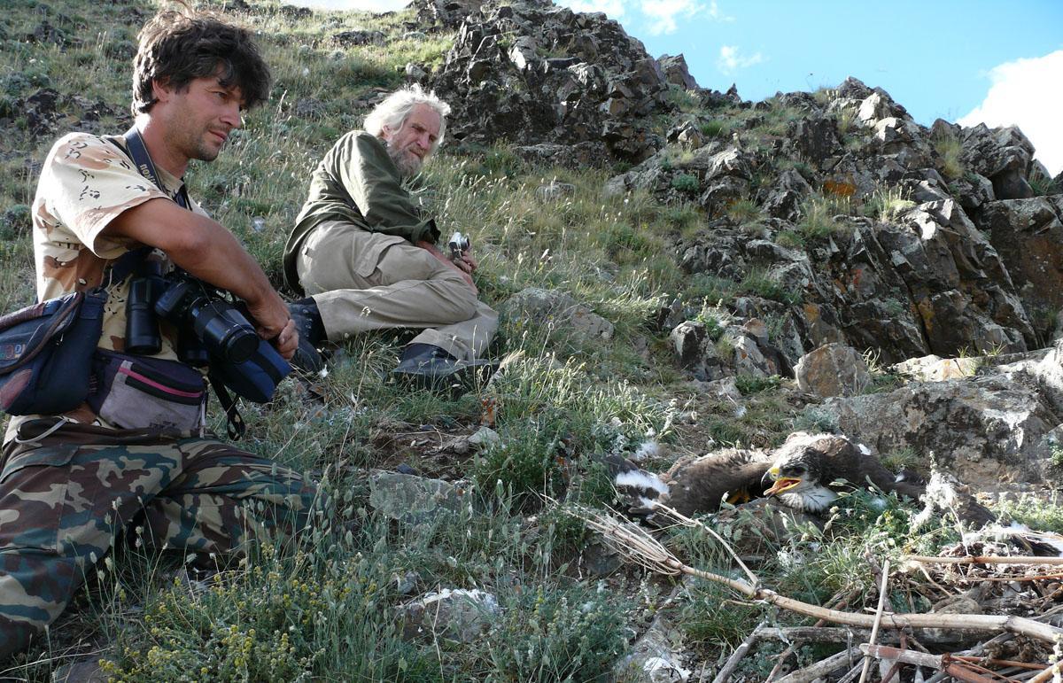 Игорь Карякин и Пертти Саурола на гнезде степного орла. Фото Р. Бекмансурова.