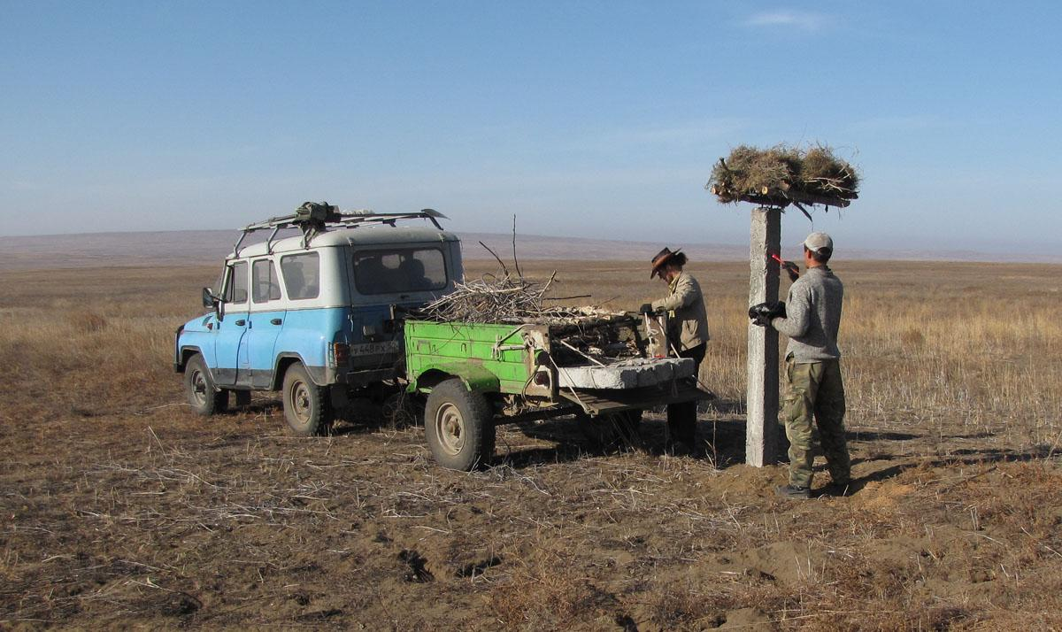 Развоз бетонных опор с платформами на автомобиле УАЗ с прицепом. Фото И. Карякина