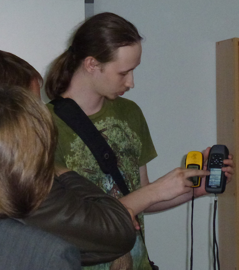 Дмитрий Денисов ведёт обучение школьников пользованию навигаторами