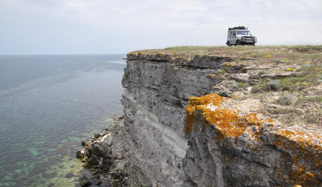 УАЗик RRRCN на обрыве Тарханкута. Фото Э. Николенко