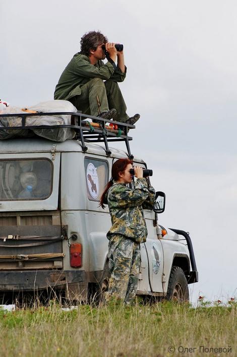 Игорь Карякин и Эльвира Николенко осматривают гнездовую скалу. Фото: Олег Полевой